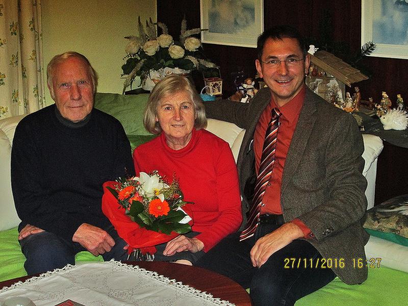 von links: Johann und Herta Strasser mit Bürgermeister DI Adi Rieger (Bildquelle Stadtgemeinde Neumarkt am Wallersee)