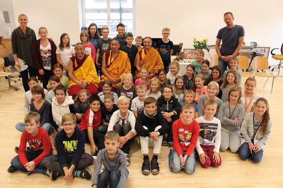 Die tibetischen Mönche bei ihrem Besuch in der Neuen Musikmittelschule Eggelsberg (© Sandy Reindl)