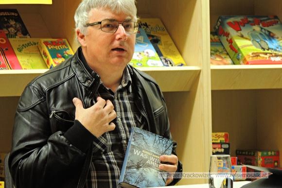 Rudolf Habringer mit seinem neuen Roman in der Hand
