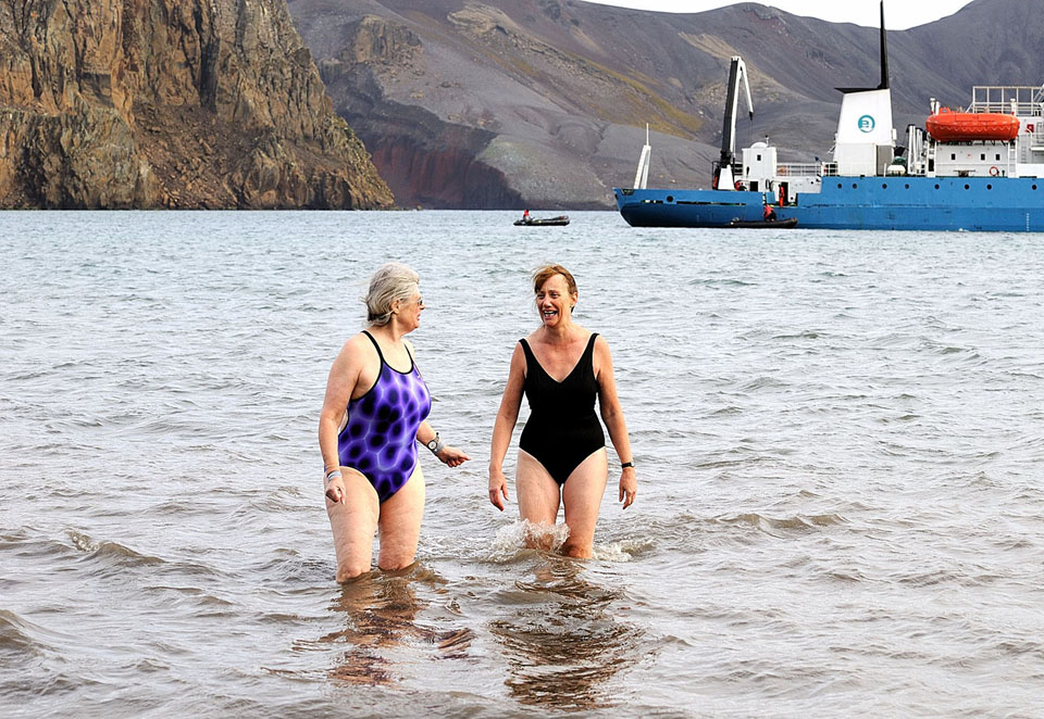 Modiga kvinnor i Antarktis, mars 2009. Vattentemp. c:a + 4-5 grader