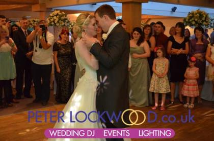 white-hart-fantastic-first-dance-with-all-the-guests-watching