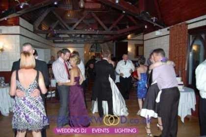 guests-dancing-in-nutters-restaurant