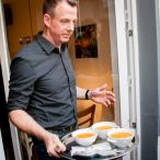 Dr. Ulf Soelter serviert Suppe