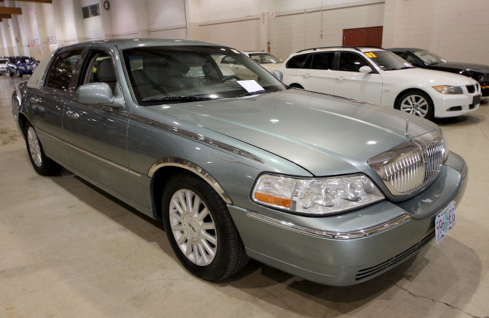 2004 Lincoln Town Car Blue
