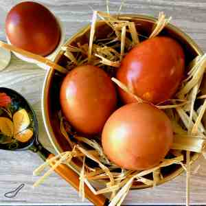 How to naturally dye Easter eggs using onion skins - a wonderful rustic and simple Russian tradition without harmful chemicals. Russian Easter Eggs with Onion Skins (????...?????? ????)