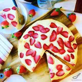 Russian Pastry with Strawberries (Сдобный творожный пирог)