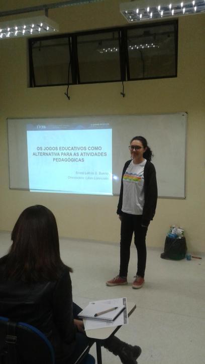 Bruna Bueno apresentando seu trabalho no CEG.