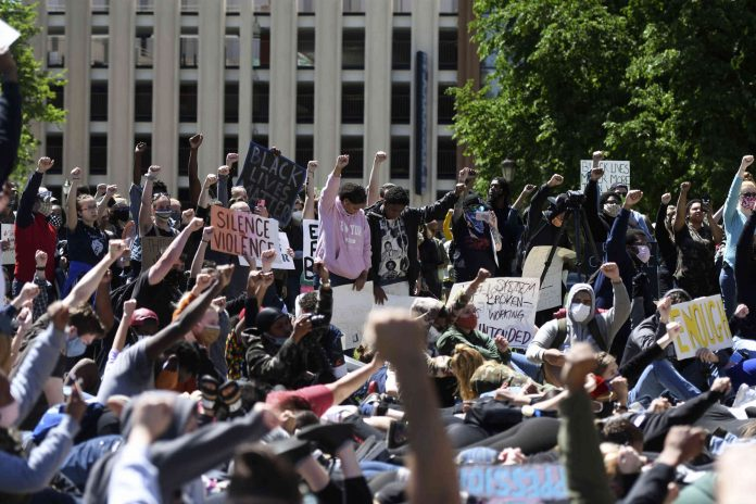 Protesto em Lansing, Michigan, EUA