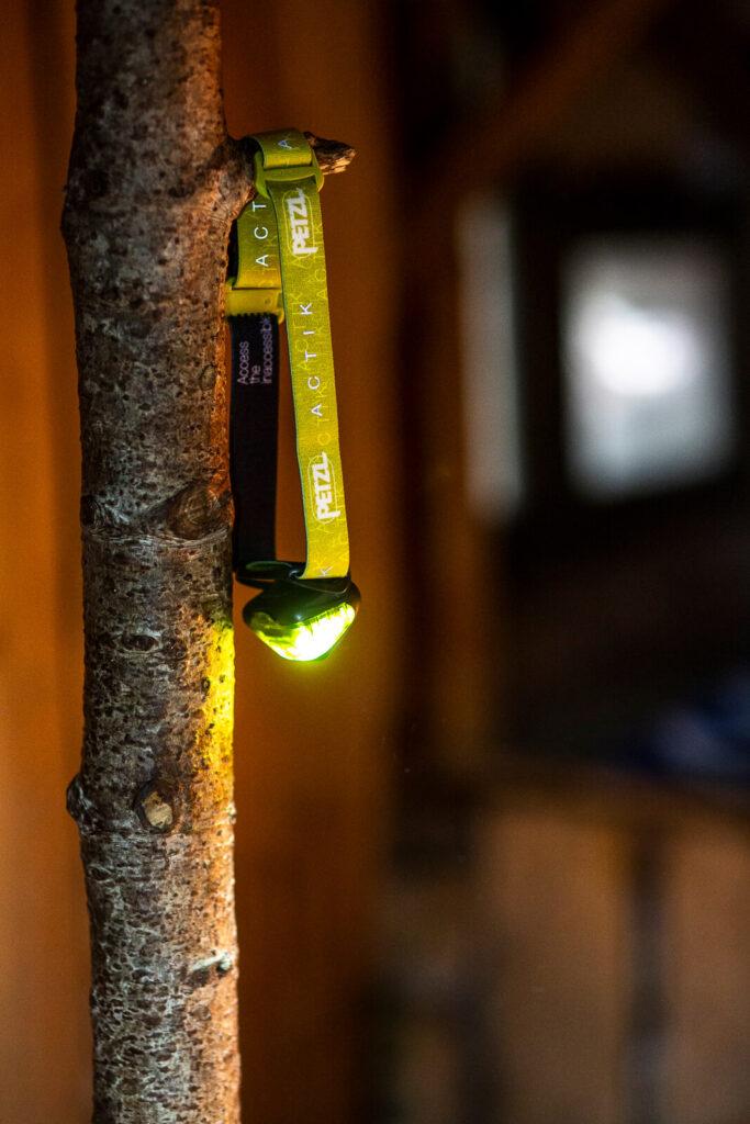ambiance chaleureuse dans une cabane en forêt