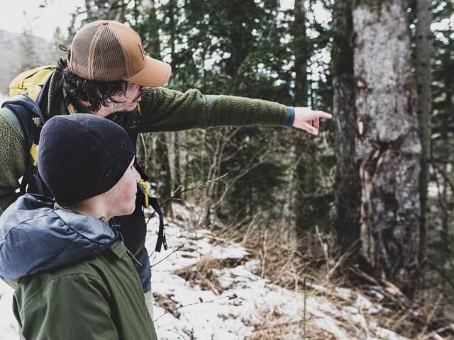 Suivre les traces des animaux sauvages avec un enfant