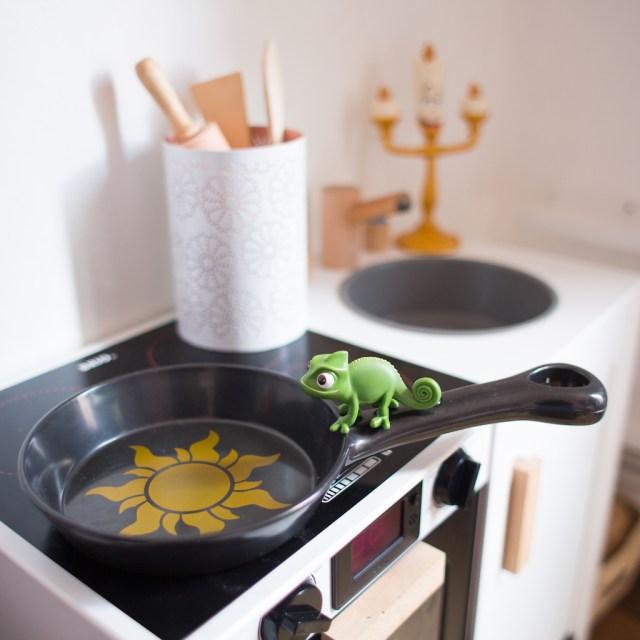poele-raiponce-pascal-rapunzel-disney-shop