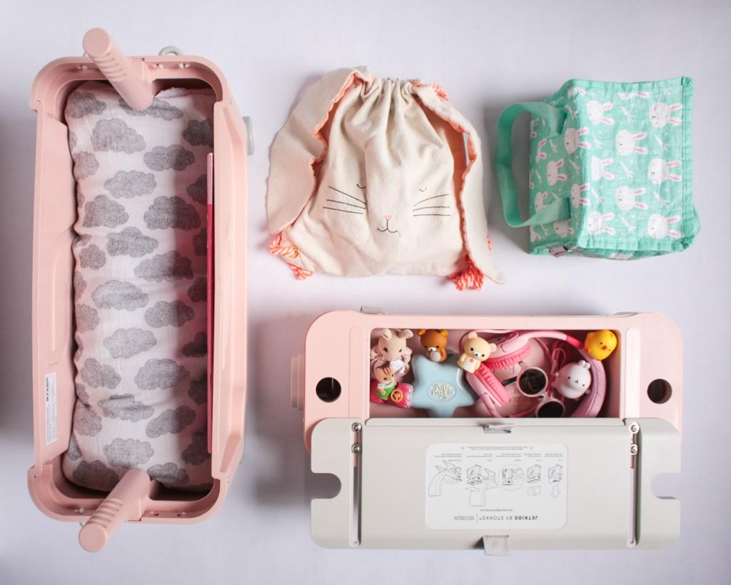 jetkids-bedbox-stokke-travel-kids-pink-lemonade-moumout-meri-meri-sac-lapin-polly-pocket-casque-audio-sylvanians