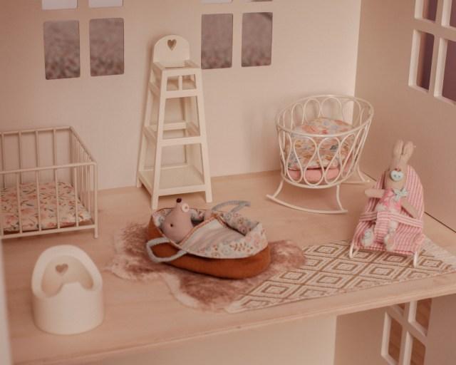 maileg-maison-de-poupees-meubles-souris-lapin-tailles-sizing-nurserie-bebe-micro-my