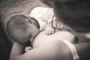 Bébé qui tète le lait maternel, premier ingrédient de l'alimentation des bébés