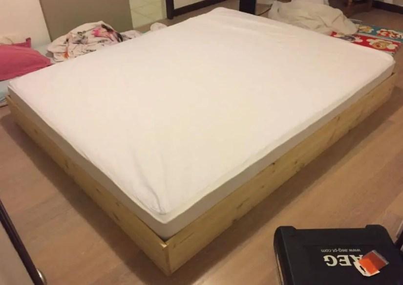 Structure en pin de notre lit au sol pour bébé