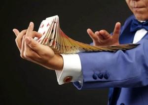 Numéro de cartes réalisé par un magicien