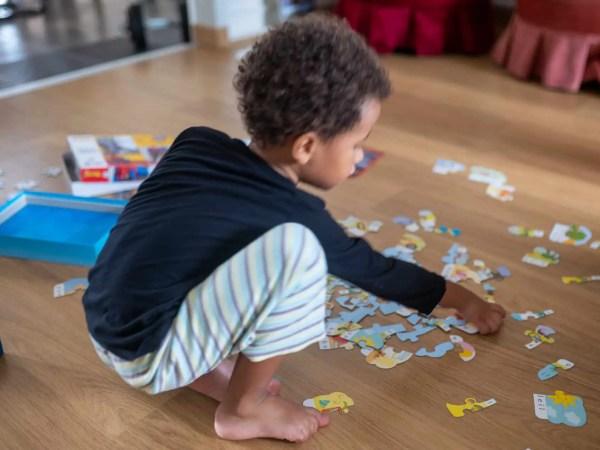 Enfant jouant avec un puzzle pour les 4 ans