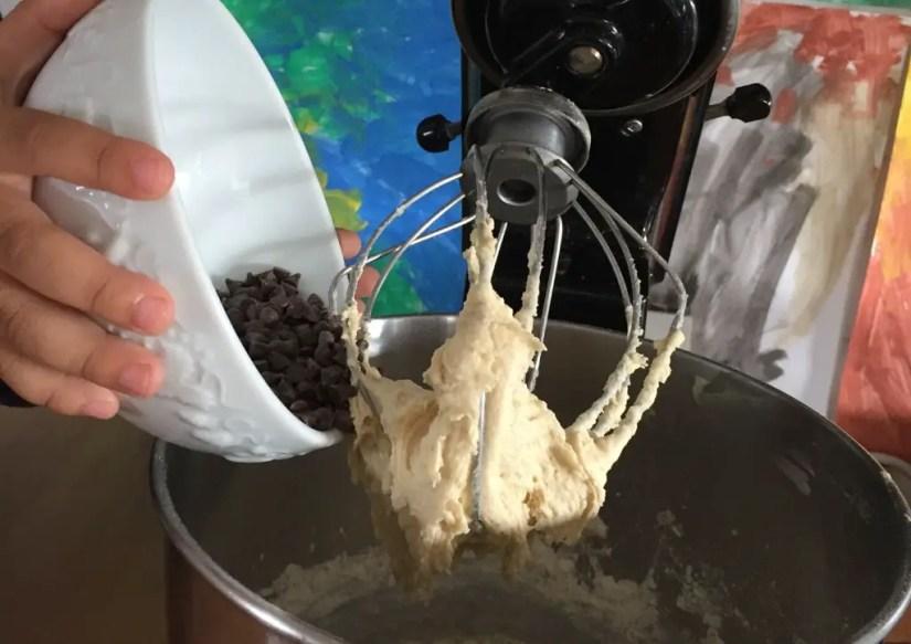 Transvasement de pépites de chocolat pour cuisiner en famille des cookies