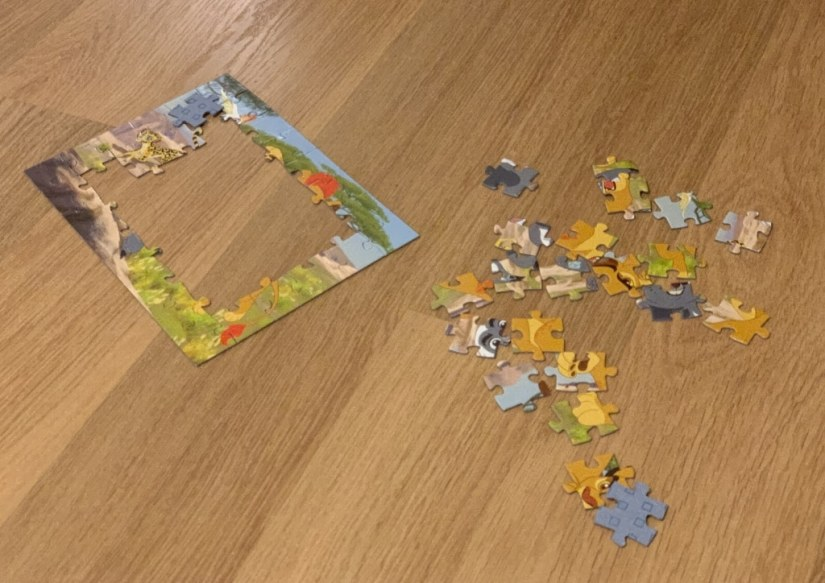 Commencer par les coins et les bords marque un progrès dans la manière de faire des puzzles