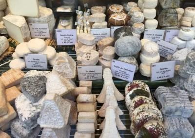 Fromages au lait cru sur un étale parisien
