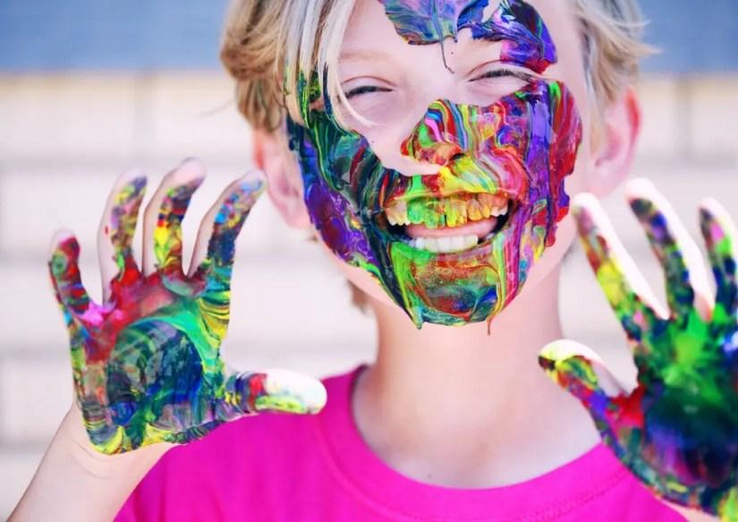 Enfant jouant avec de la peinture