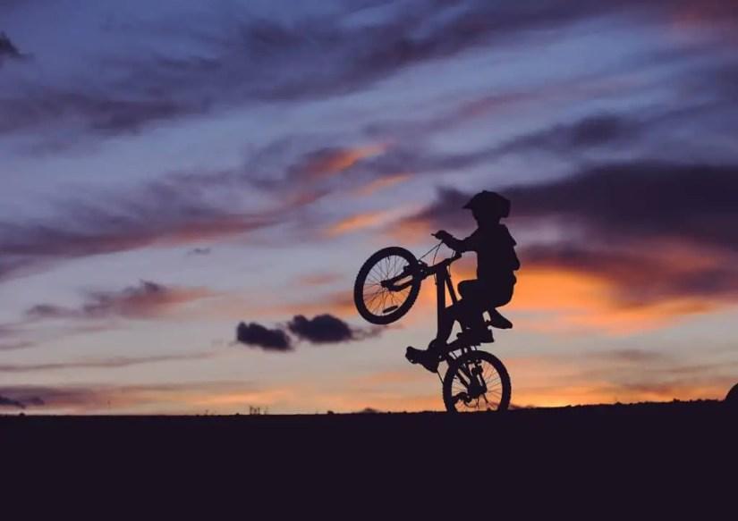 Le vélo, un des meilleurs jeux de plein air à jouer seul.