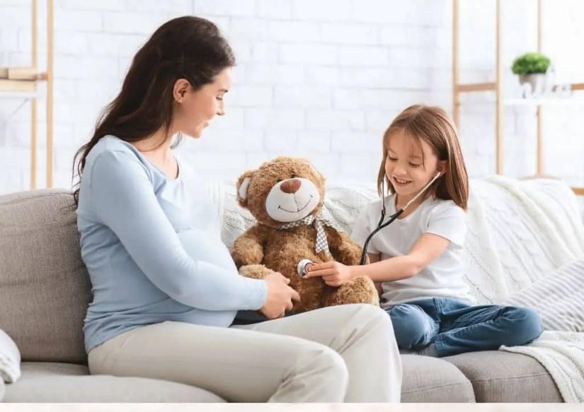 Pour expliquer l'accouchement aux enfants, vous pouvez jouer associer votre enfant aux étapes de votre de grossesse ou simuler celles-ci par le jeu.