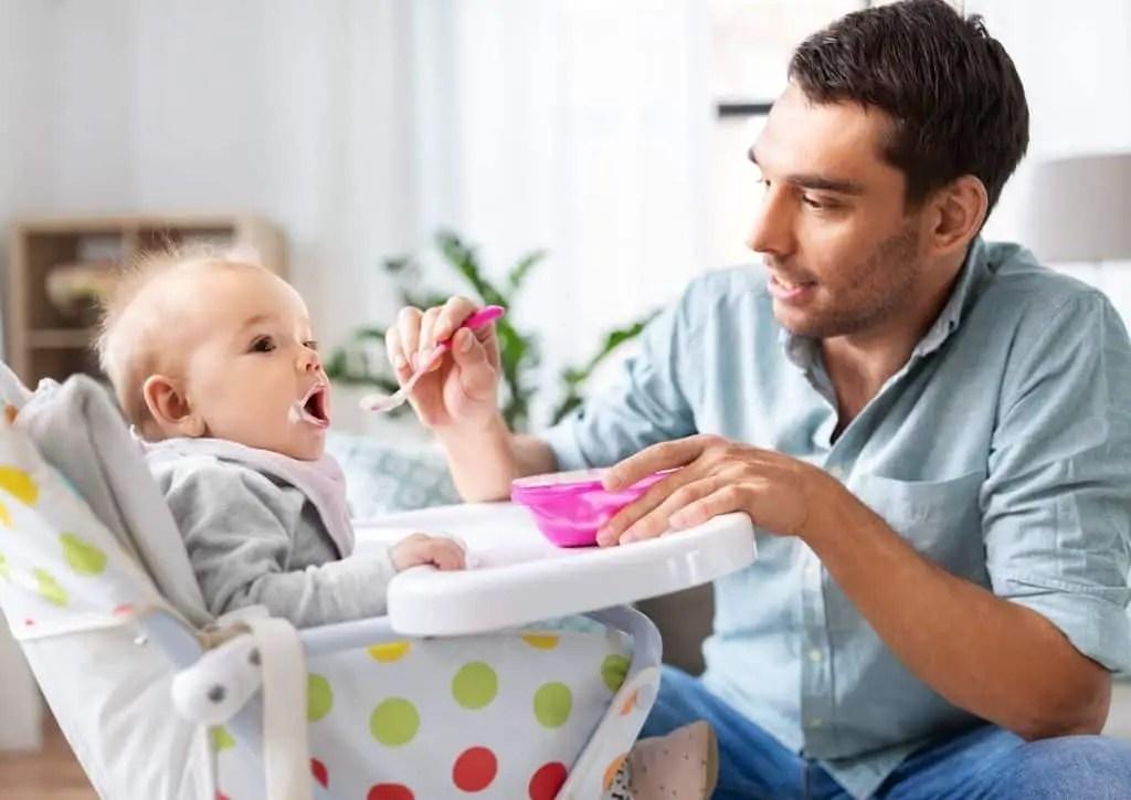 Bébé installé dans une chaise haute pour prendre son repas