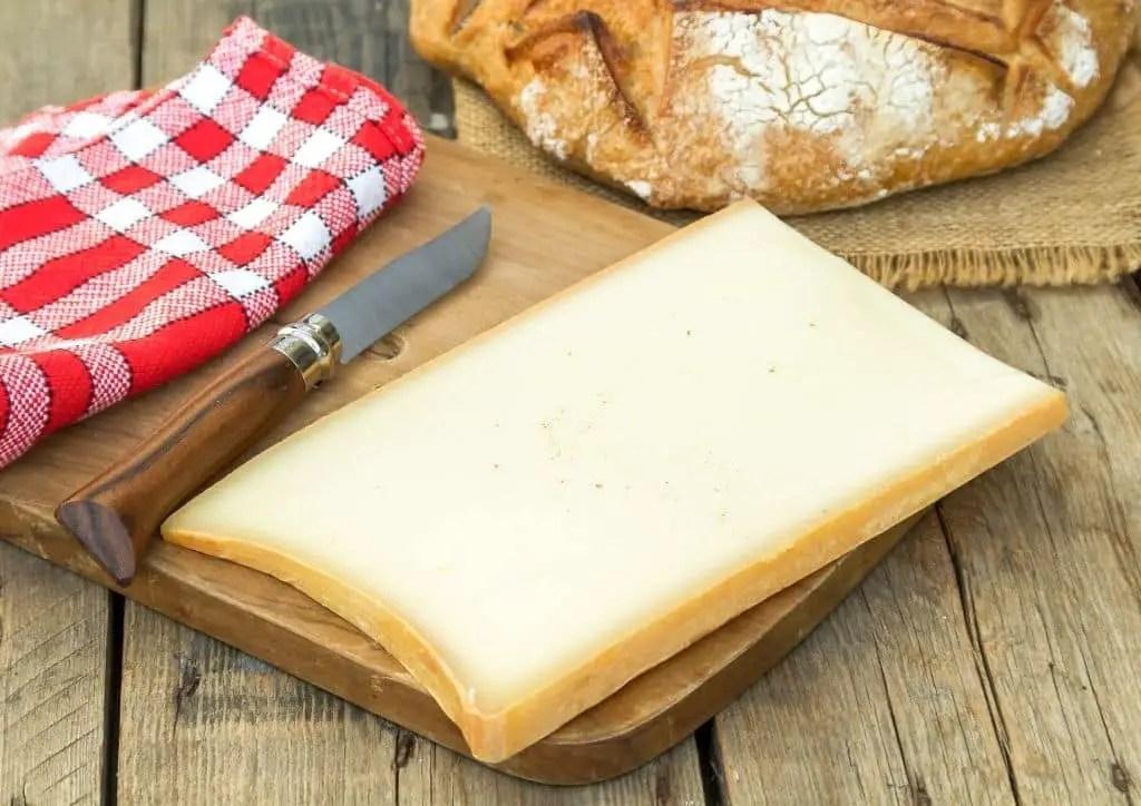 Le Beaufort, un des fromages utilisés dans la fondue au fromage sans risque pendant la grossesse