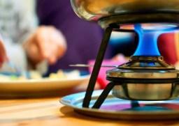 Caquelon d'appareil à fondue pour faire une fondue au fromage