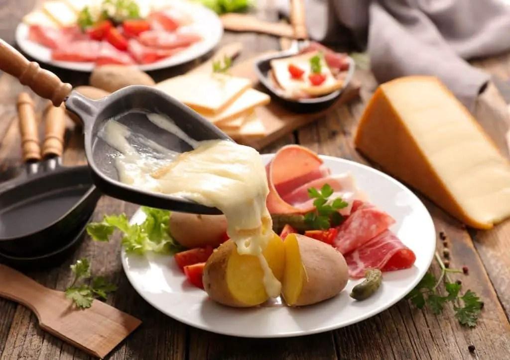 Assiette de raclette : fromage fondu, pomme de terre et charcuterie