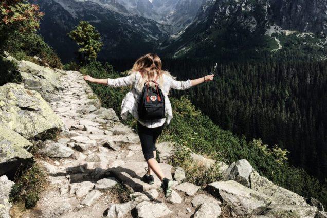 femme qui voyage léger avec sac à dos dans les rochers