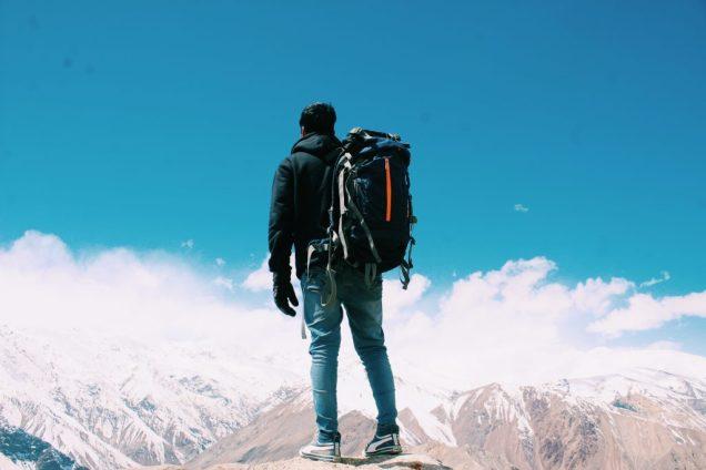 homme avec sac à dos voyager léger