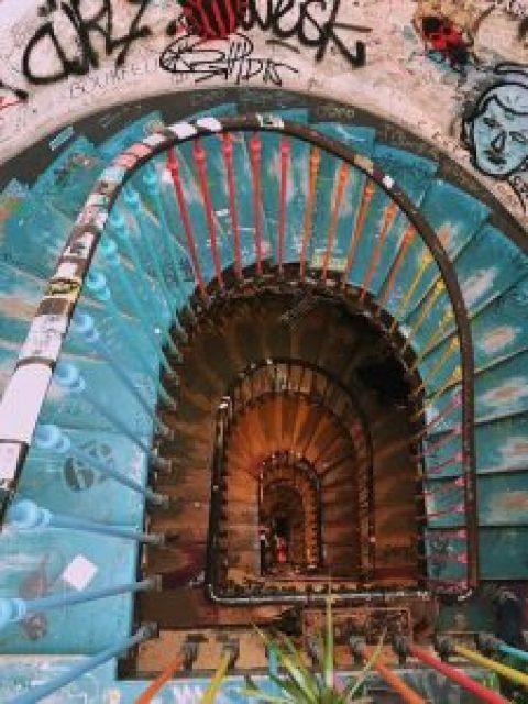 cage d'escalier avec peinture, dessins, couleurs