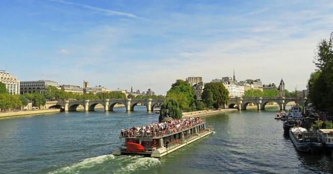 bateau mouche sur la Seine à Paris