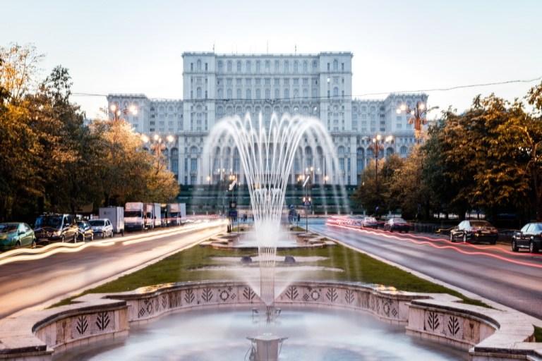 fontaine devant batiment à Bucarest en Roumanie qui est l'une des destinations pas chères en europe