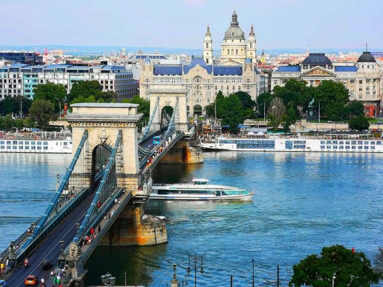 le célèbre pont à Budapest qui est l'une des destinations pas chères en europe