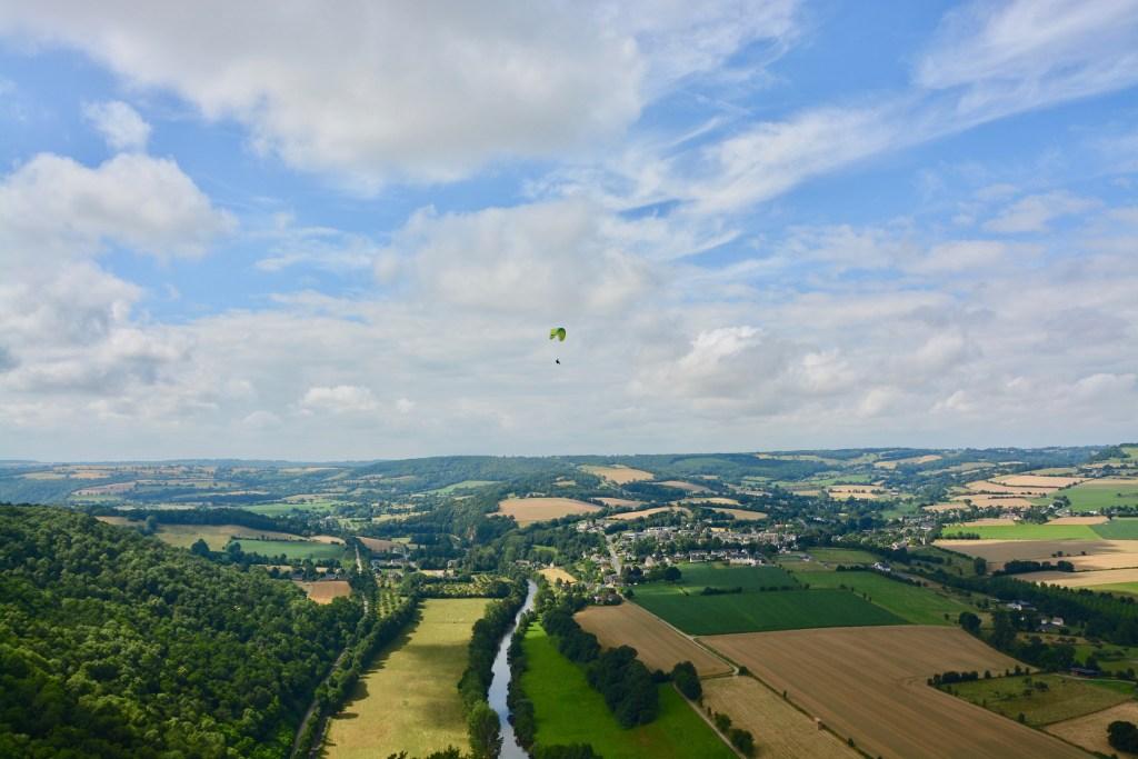 parachutiste au dessus des champs en suisse normande