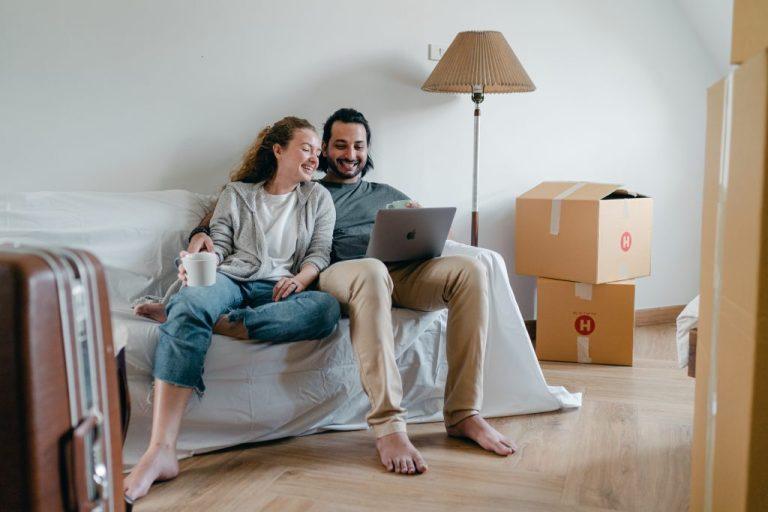 couple assis sur le canapé qui prépare leur voyage pour voyager en toute sécurité