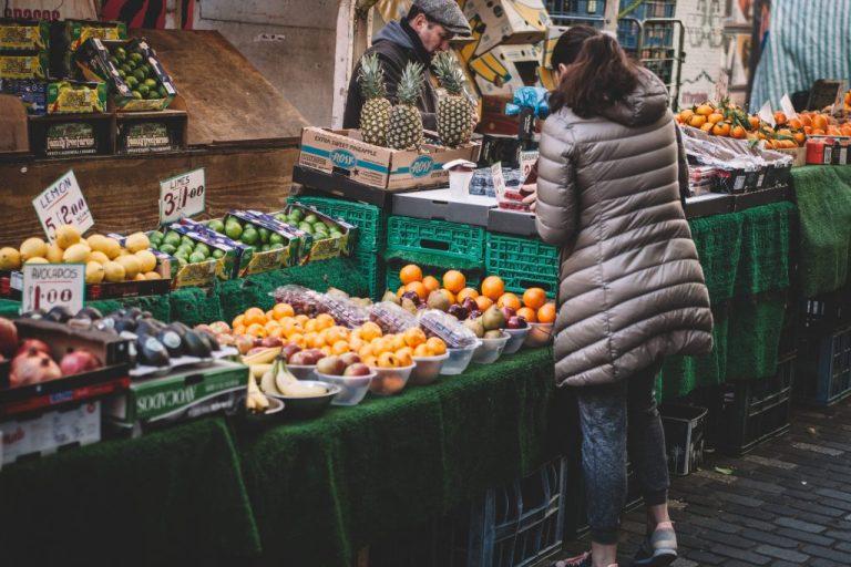 femme qui achète des produits locaux sur un marché