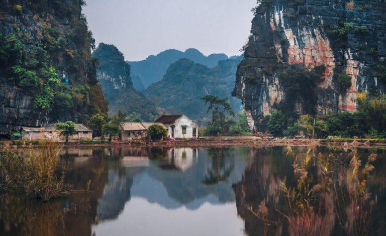 maison et rivière au vietnam