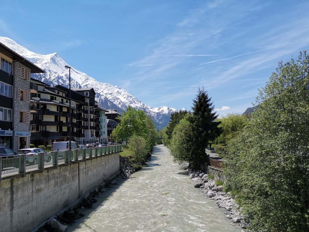 rivière immeuble balade en ville pendant week-end à chamonix