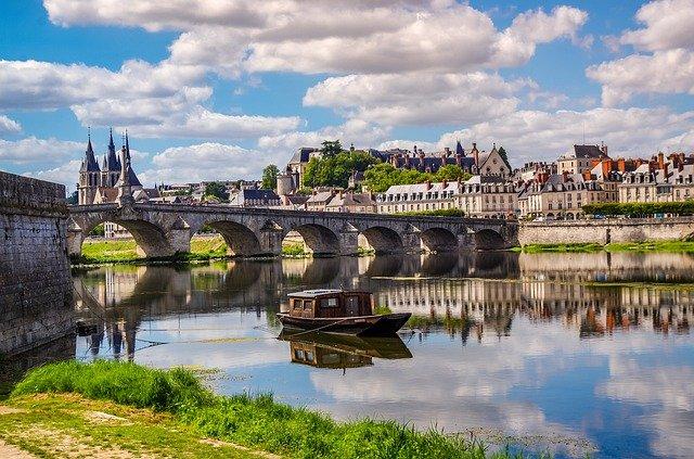 la loire, pont et petit bateau à blois pour un week-end à moins de 2h de Paris