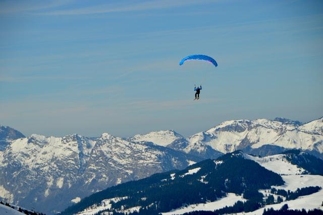 parapente dans les air au dessus des montagnes