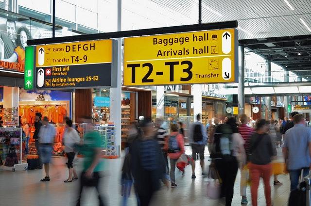 aéroport avec panneaux affichages si vol retardé ou annulé