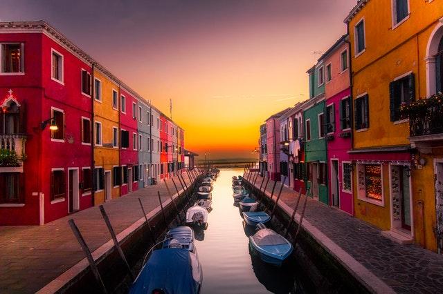 maisons colorés autour d'un canal à Burano