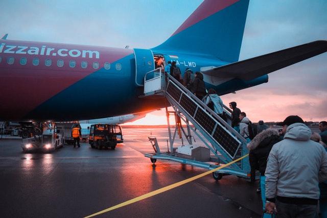 des gens qui embarquent à bord d'un avion que faire en cas de refus ou de vol retardé ou annulé