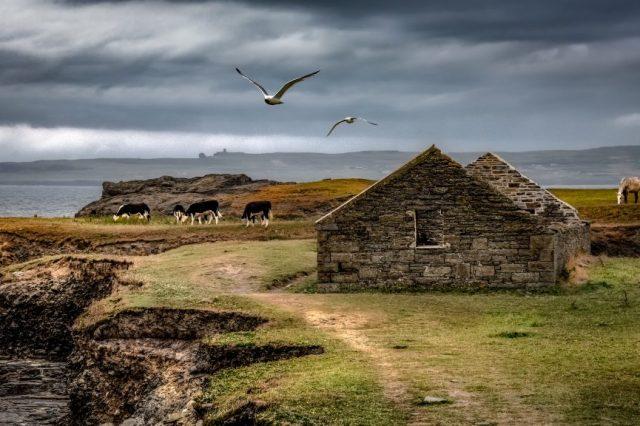 maison en pierre sur falaise en irlande car fait parti des destinations les plus instagrammables