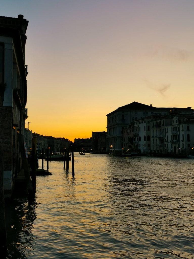 coucher de soleil sur le grand canal de venise
