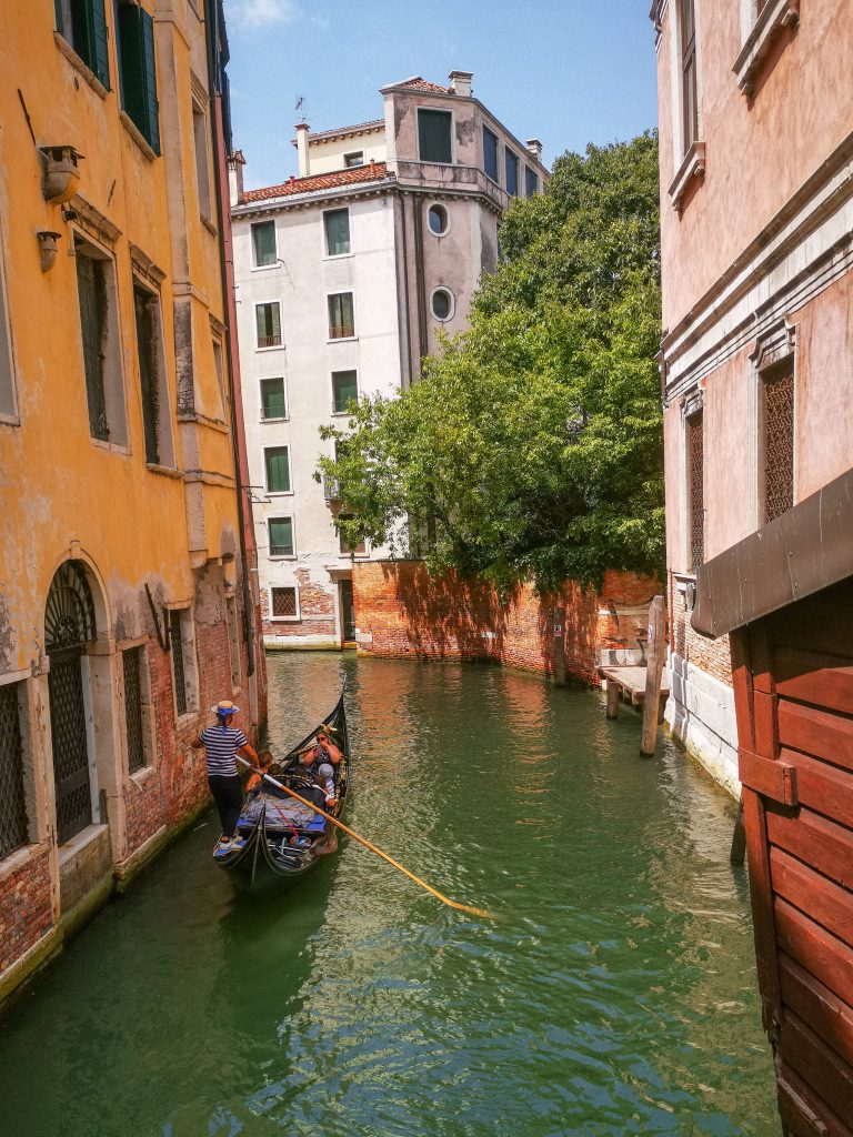 gondole avec gondolier au milieu d'un canal